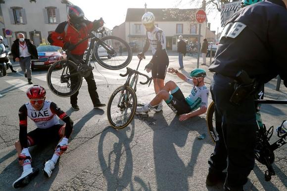 Thoát té chùm, Cees Bol thắng chặng WorldTour thứ hai trong sự nghiệp ảnh 1