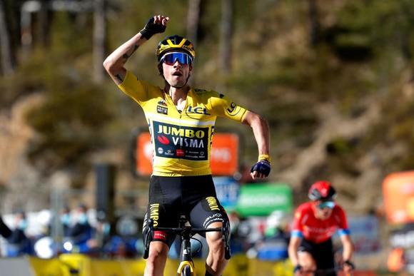 Primoz Roglic mừng chiến thắng thứ ba tại giải