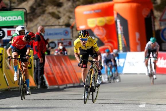 Primoz Roglic quá mạnh trên đường đèo để lần thứ 3 thắng chặng bảo vệ Áo vàng, Áo xanh giải xe đạp Paris – Nice ảnh 3