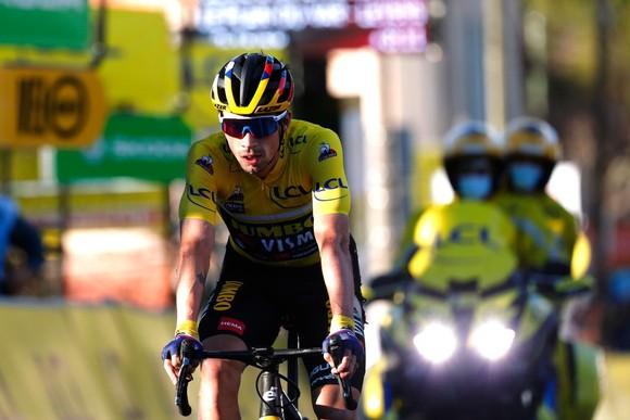 Hai lần bị té ngã, Primoz Roglic đánh mất áo vàng chung cuộc giải xe đạp Paris – Nice ảnh 1