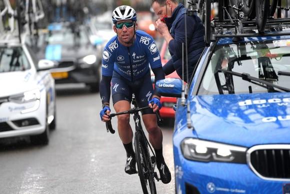 Tay đua nước rút lừng danh Mark Cavendish gặp nạn ở Nokere Koerse 2021 ảnh 1