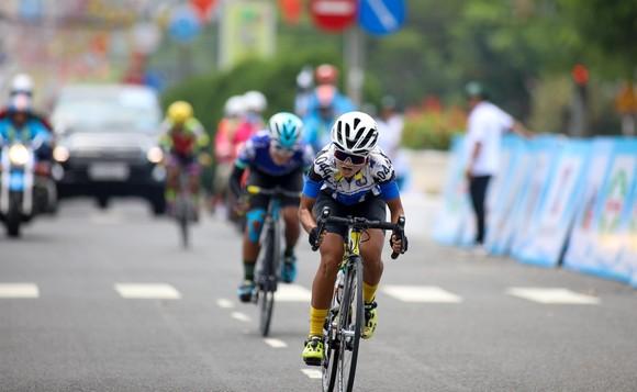 Tay đua trẻ Kim Cương bất ngờ vươn lên chiếm Áo vàng giải xe đạp nữ Biwase 2021  ảnh 1
