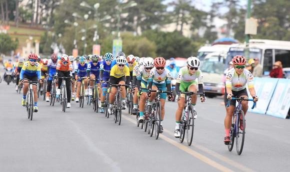 Nguyễn Thị Thật lần thứ hai thắng chặng lấy lại Áo xanh giải xe đạp nữ Biwase 2021  ảnh 1