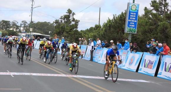 Nguyễn Thị Thật lần thứ hai thắng chặng lấy lại Áo xanh giải xe đạp nữ Biwase 2021  ảnh 2