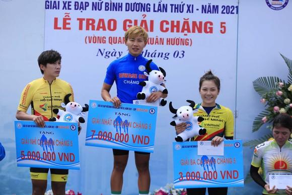 Áo xanh Nguyễn Thị Thật trên bục nhận thưởng