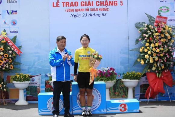 Nguyễn Thị Thật lần thứ hai thắng chặng lấy lại Áo xanh giải xe đạp nữ Biwase 2021  ảnh 3