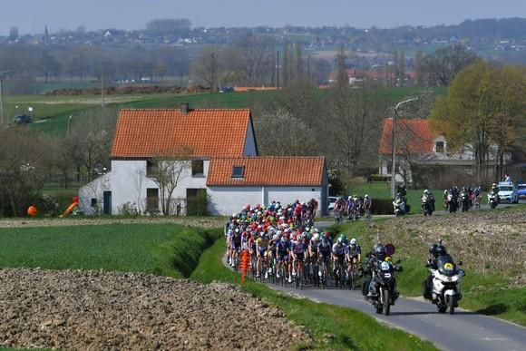 Dylan van Baarle thoát đi solo 52 km chiến thắng cuộc đua xe đạp Dwars door Vlaanderen 2021 ảnh 1