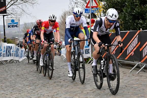 """Hai tay đua Fedorov và Vergaerde bị """"thẻ đỏ"""" ở Tour of Flanders ảnh 1"""