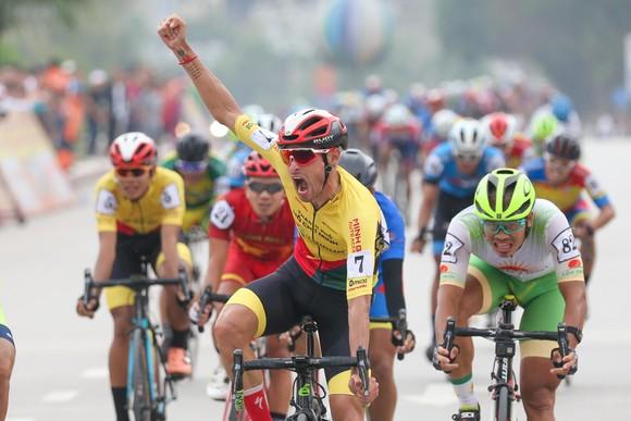 Javier ăn mừng chiến thắng. Ảnh: HOẢNG HÙNG