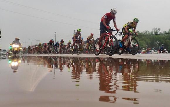 Chặng 4 Giải xe đạp Cúp Truyền hình: Nguyễn Tấn Hoài qua mặt Lê Nguyệt Minh để giành cú đúp ảnh 2
