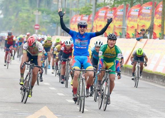 Nguyễn Tấn Hoài ăn mừng chiến thắng. Ảnh: HOÀNG HÙNG