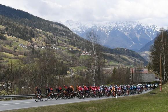 """Màn solo gây """"choáng"""" của Simon Yates leo lên đứng đầu giải xe đạp Tour of Alps 2021 ảnh 1"""