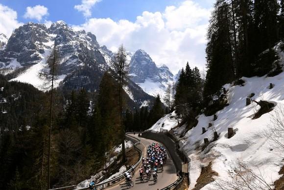 """Marton Dina nhậm chức """"thần núi"""" của giải xe đạp Tour of Alps ảnh 1"""