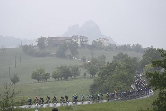 Giải xe đạp Giro d'Italia 2021: Filippp Ganna bị xé Áo hồng  ảnh 2