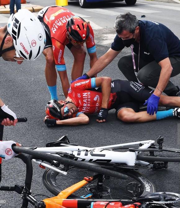 Caleb Ewan thắng chặng 5 giải xe đạp Giro d'Italia 2021với nhiều tai nạn ở đoạn cuối ảnh 1