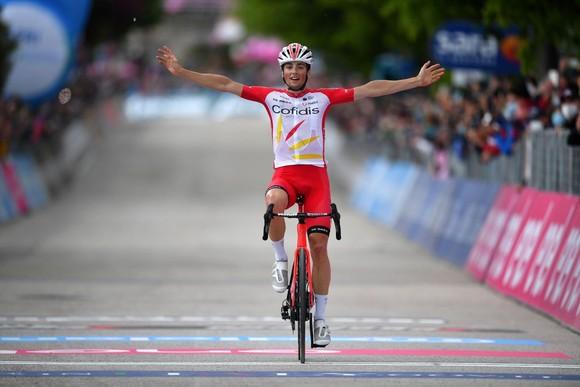 """Sốc: """"Thần gió"""" Caleb Ewan bất ngờ rời giải xe đạp Giro d'Italia dù đang giữ áo tím ảnh 2"""