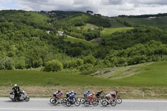 """Sốc: """"Thần gió"""" Caleb Ewan bất ngờ rời giải xe đạp Giro d'Italia dù đang giữ áo tím ảnh 1"""