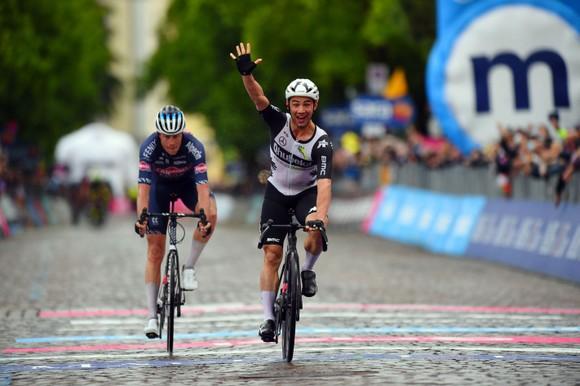 Tai nạn kinh hoàng khiến giải xe đạp Giro d'Italia đang đua phải tạm dừng cấp cứu VĐV ảnh 4