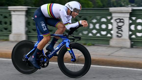 Egan Bernal đăng quang Giro d'Italia trong ngày Ganna chạy cá nhân tính giờ 53,8 km/giờ ảnh 1