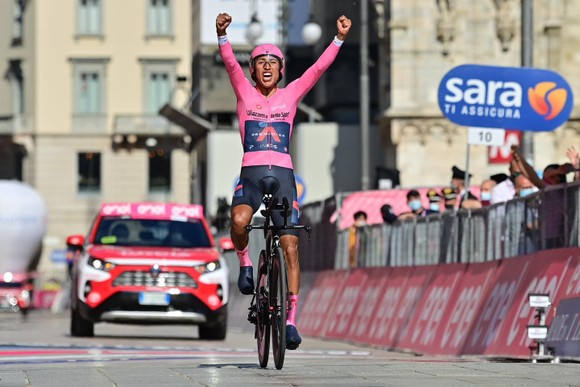 Egan Bernal ăn mừng chiến thắng ngay vạch đích chặng cuối