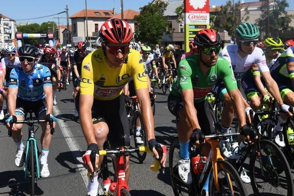 Áo vàng Brent Van Moer níu chân Chris Froome ở giải xe đạp Critérium du Dauphiné 2021 ảnh 2