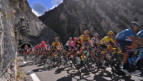 """""""Thần núi"""" Matej Mohoric toả sáng thắng chặng 7 Tour de France ảnh 1"""