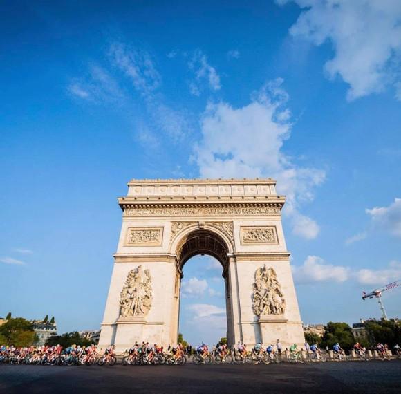 Tadej Pogacar quá mạnh lần thứ 2 lập hattrick giải xe đạp Tour de France ảnh 1