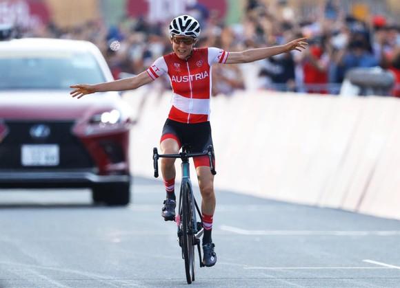 """Nhà vô địch thế giới Annemiek van Vleuten """"ăn mừng hụt"""" vì sai lầm chủ quan ảnh 1"""