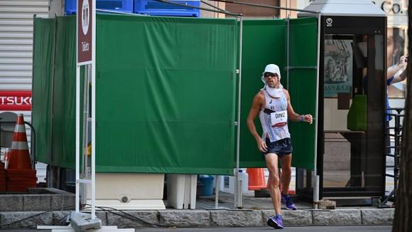 Yohann Diniz rời toilet tiếp tục cuộc đua