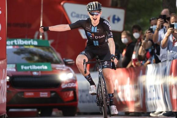 Tay đua Michael Storer đi một mình về đích