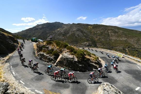 Rafal Majka solo 87km giành chiến thắng ngoạn mục chặng 15 Vuelta a Espana 2021 ảnh 1