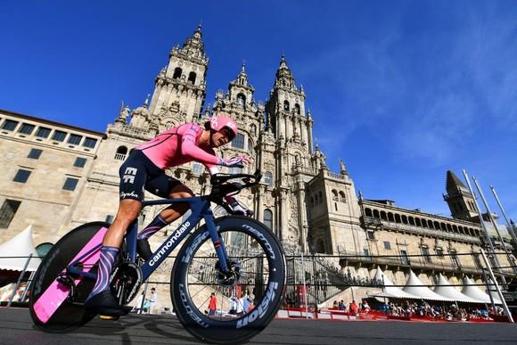 Primoz Roglic lần thứ ba liên tiếp giành áo đỏ chung cuộc giải xe đạp Vuelta a Espana ảnh 2