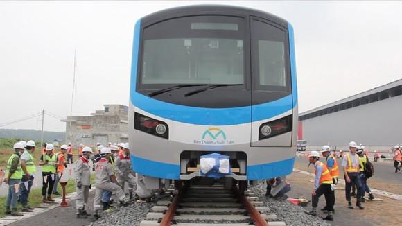 Toa tàu metro số 1 đầu tiên đã đặt lên đường ray   ảnh 14