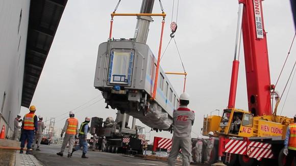 Toa tàu metro số 1 đầu tiên đã đặt lên đường ray   ảnh 1