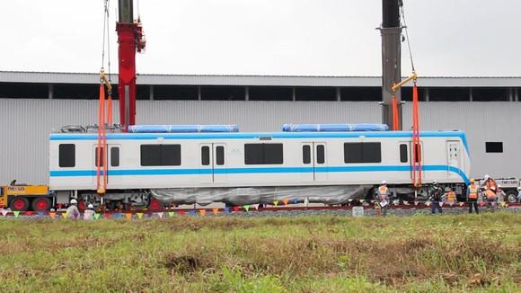 Toa tàu metro số 1 đầu tiên đã đặt lên đường ray   ảnh 2