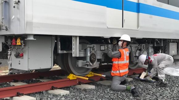 Toa tàu metro số 1 đầu tiên đã đặt lên đường ray   ảnh 7