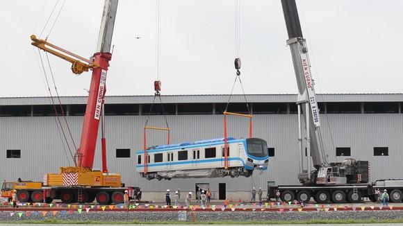 Toa tàu metro số 1 đầu tiên đã đặt lên đường ray   ảnh 4