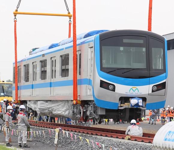 Toa tàu metro số 1 đầu tiên đã đặt lên đường ray   ảnh 5