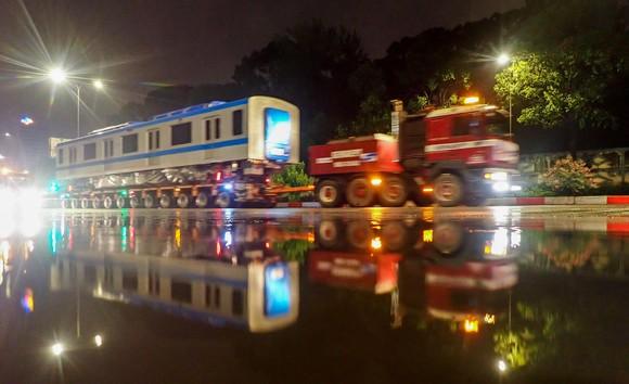 Cảnh vận chuyển xuyên đêm đưa 3 toa tàu metro 1 từ cảng Khánh Hội về depot Long Bình ảnh 3
