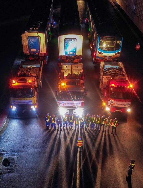 Cảnh vận chuyển xuyên đêm đưa 3 toa tàu metro 1 từ cảng Khánh Hội về depot Long Bình ảnh 8