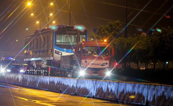 Cảnh vận chuyển xuyên đêm đưa 3 toa tàu metro 1 từ cảng Khánh Hội về depot Long Bình ảnh 7
