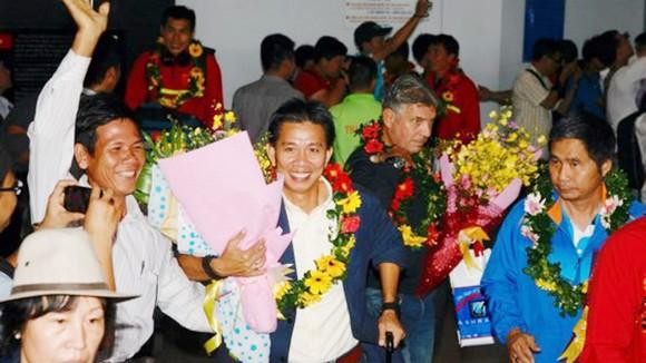 HLV Hoàng Anh Tuấn nổi lên sau thành công cùng đội tuyển U19 Việt Nam (ảnh: DŨNG PHƯƠNG)