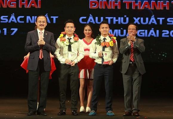 Đinh Thanh Trung và Nguyễn Quang Hải nhận phần thưởng tại Gala trao giải V-League 2017. Ảnh:MINH HOÀNG