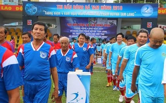 Các cựu cầu thủ tề tựu về thi đấu giao hữu nhân ngày giỗ HLV Tam Lang. Ảnh: ANH TRẦN