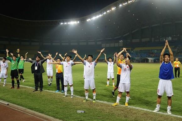 Toàn đội đến chào cám ơn cổ động viên sau trận đấu. Ảnh: DŨNG PHƯƠNG