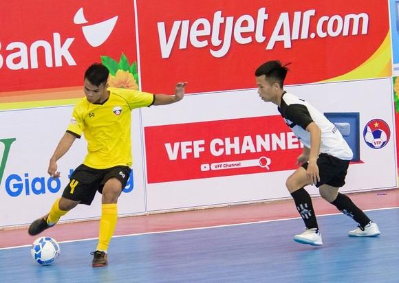 Phước Hạnh (áo vàng) đã ra sân vào chiều 4-4