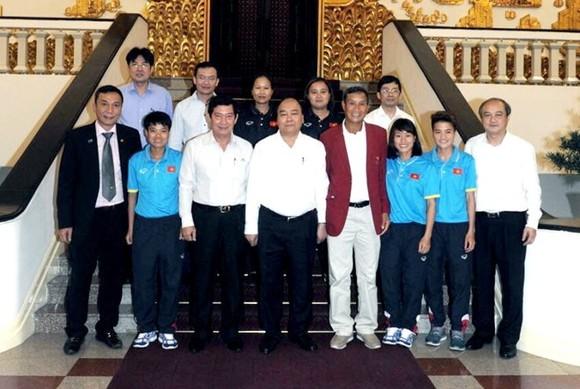 Thủ tướng Nguyễn Xuân Phúc gặp mặt HLV Mai Đức Chung và đại diện cầu thủ đội tuyển nữ Việt Nam sau SEA Games 29