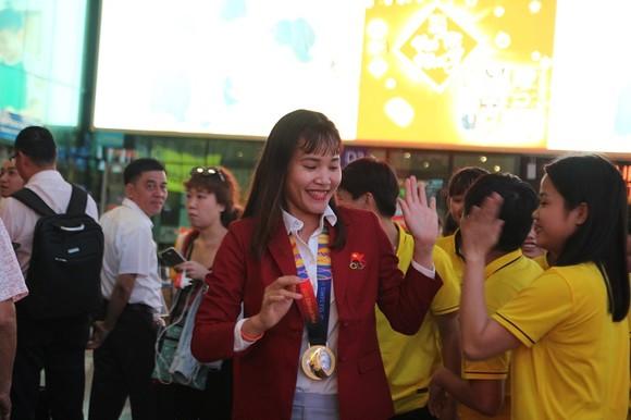 Cô trò Kim Chi rạng ngời trong ngày trở về TPHCM  ảnh 4