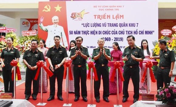 """Triển lãm ảnh """"Lực lượng vũng trang Quân khu 7 – 50 năm thực hiện Di chúc của Chủ tịch Hồ Chí Minh"""" ảnh 1"""