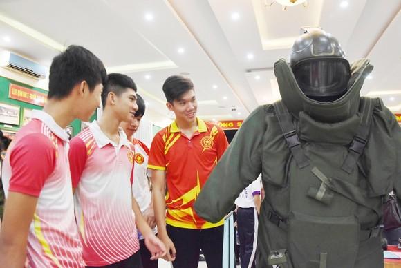 """Triển lãm ảnh """"Lực lượng vũng trang Quân khu 7 – 50 năm thực hiện Di chúc của Chủ tịch Hồ Chí Minh"""" ảnh 5"""